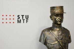 Torzo sochy odovzdané dekanovi MTF STU